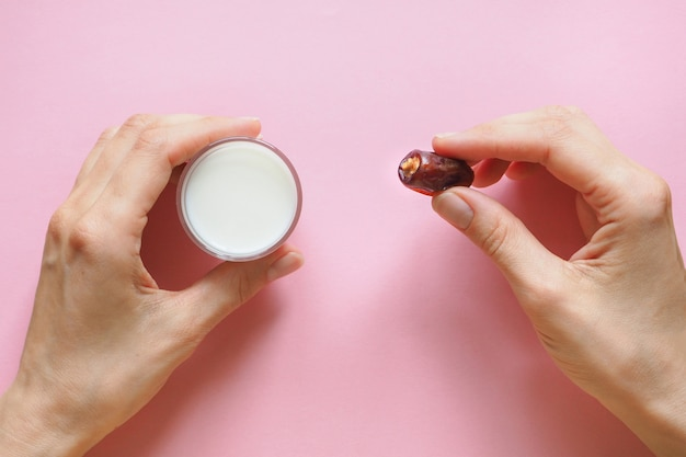 Mleko i daktyle owocowe.