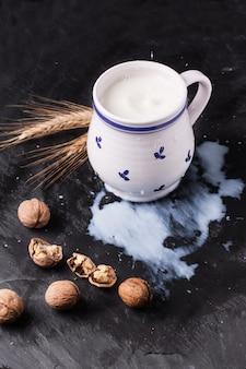 Mleko i orzechy włoskie