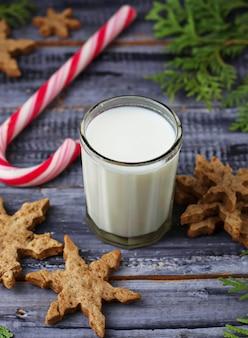 Mleko i pierniki świąteczne ciasteczka