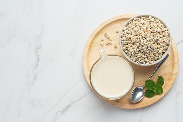 Mleko jaglane w szklance gotowe do podania