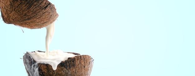 Mleko kokosowe wylewa się na niebiesko