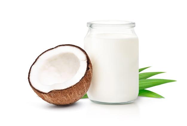 Mleko kokosowe z przecięciem na pół kokosa na białym tle na białym tle