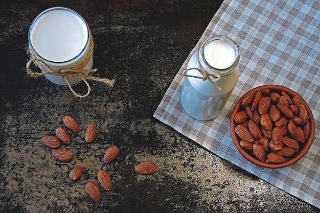 Mleko migdałowe i migdały. mleko dietetyczne mleko dla diabetyków. mleko bez laktozy. wegański napój.