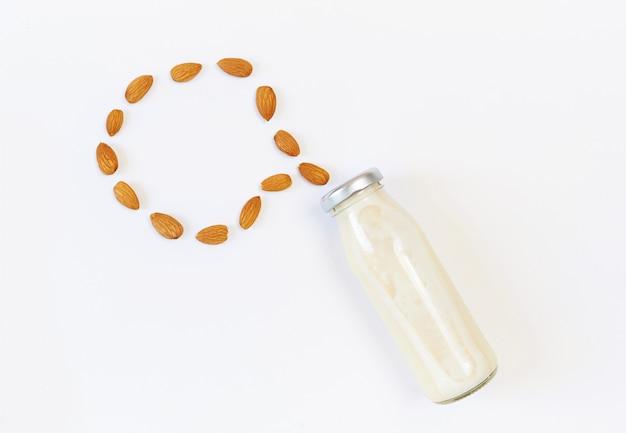 Mleko migdałowe i nasiona migdałów, mleko roślinne, koncepcja właściwego odżywiania surowej żywności wegańskiej