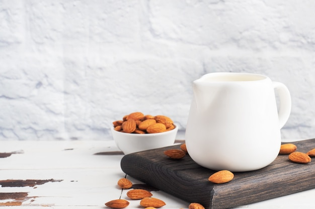 Mleko migdałowe w ceramicznym dzbanku na mleko