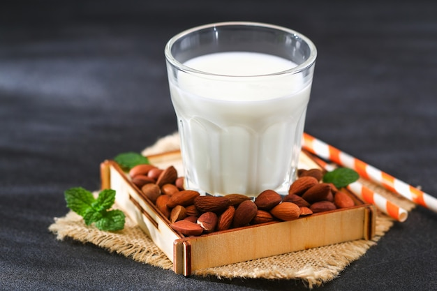 Mleko migdałowe z pestkami migdałów mleko alternatywne dla wegetarian
