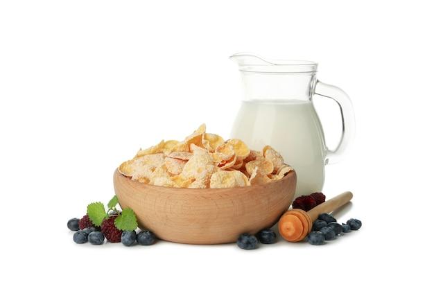 Mleko, musli, jagody i czerpak na białym tle