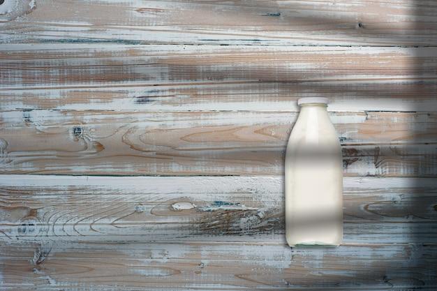 Mleko na butelce w kreatywnym koncepcyjnym widoku z góry płaskiej świeckiej kompozycji z kopią na białym tle.