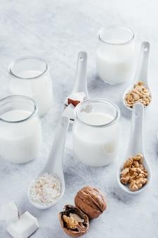 Mleko roślinne bez laktozy, mleko kokosowe, mleko migdałowe, mleko orzechowe, mleko ryżowe i mleko owsiane