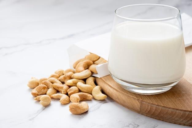 Mleko roślinne z kupą orzechów nerkowca produkty niemleczne bez laktozy alternatywne rodzaje mleka żywność wegańska