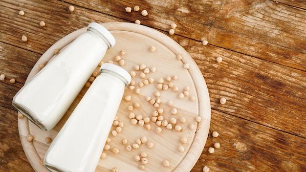 Mleko sojowe i fasola sojowa to na drewniane tła, zdrowa koncepcja. białko soi. mieszkanie leżało z miejsca na kopię.