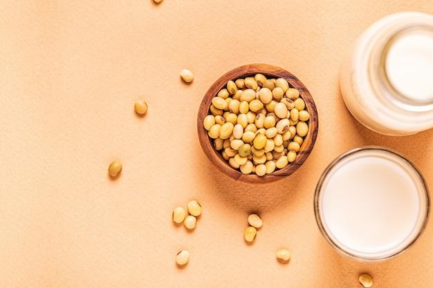 Mleko sojowe i fasola sojowa, widok z góry.