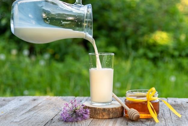 Mleko wlewa się z dzbanka do szklanki