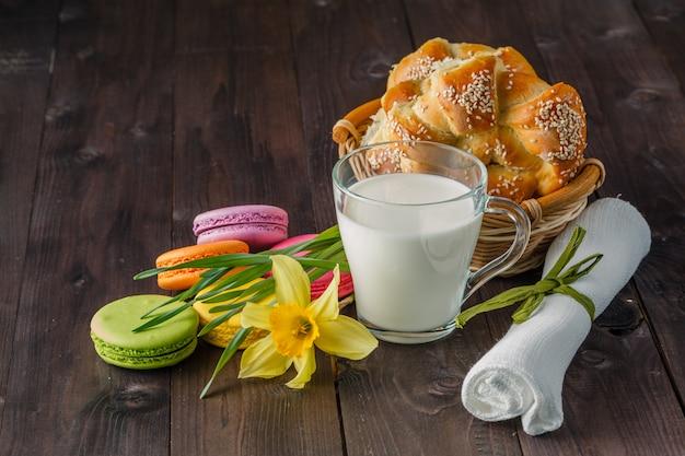 Mleko z ciasta i wiosna żółty kwiat na stole