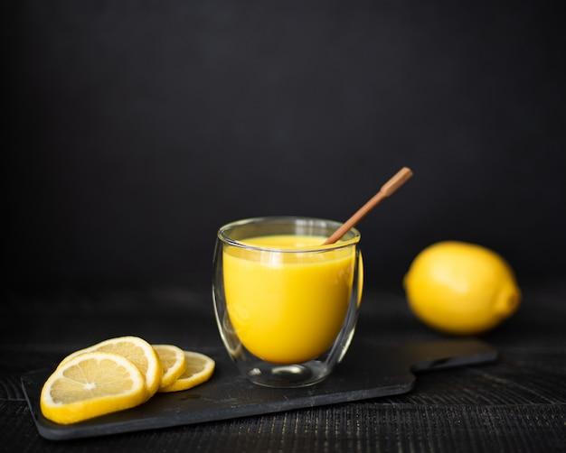 Mleko z kurkumą, cynamonem i cytryną w szklankach