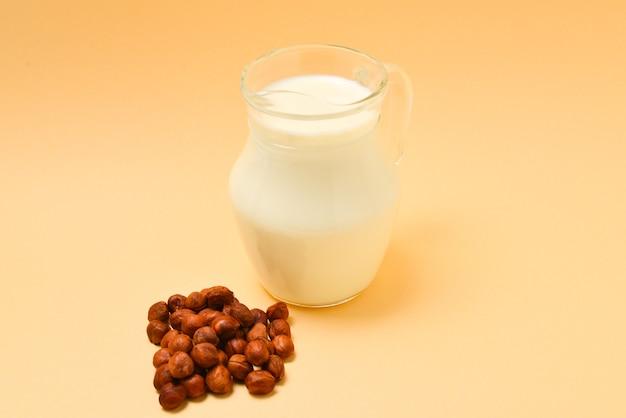 Mleko Z Orzechów Laskowych W Słoiku I Orzechy. Premium Zdjęcia