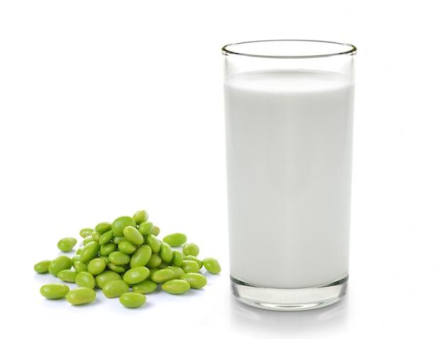 Mleko z ziaren soi na białym tle