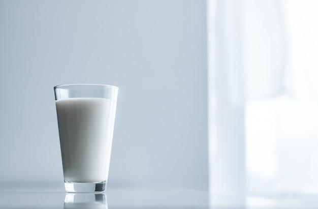 Mleko zdrowe odżywianie i koncepcja śniadania światowy dzień mleka pełnego szkła na marmurowym stole