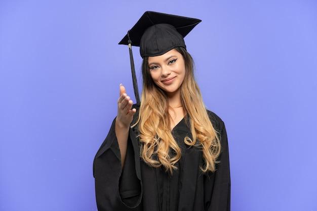 Młoda absolwentka uniwersytetu rosyjska dziewczyna na białym tle, ściskając ręce, aby zamknąć dobrą ofertę