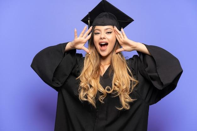 Młoda absolwentka uniwersytetu rosyjska dziewczyna na białym tle z wyrazem niespodzianki
