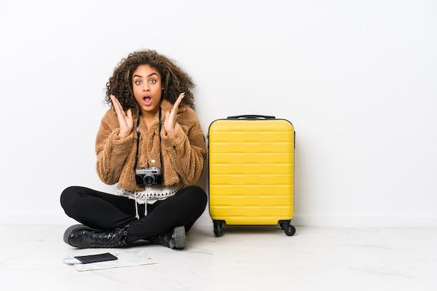 Młoda african american kobieta gotowa do podróży zaskoczony i zszokowany.