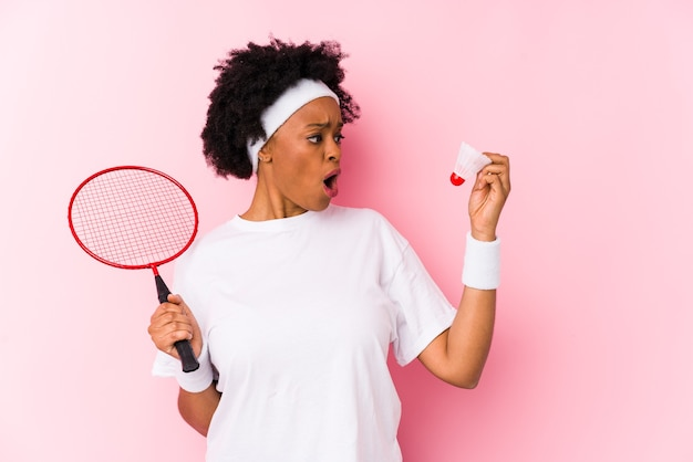 Młoda african american kobieta gra w badmintona