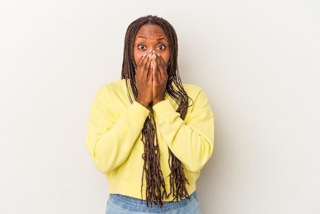 Młoda african american kobieta na białym tle na białym tle obejmujące usta rękami patrząc zmartwiony.