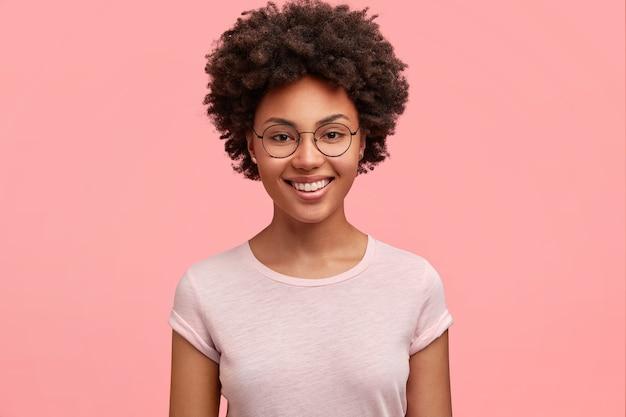 Młoda african-american kobieta nosi okrągłe okulary