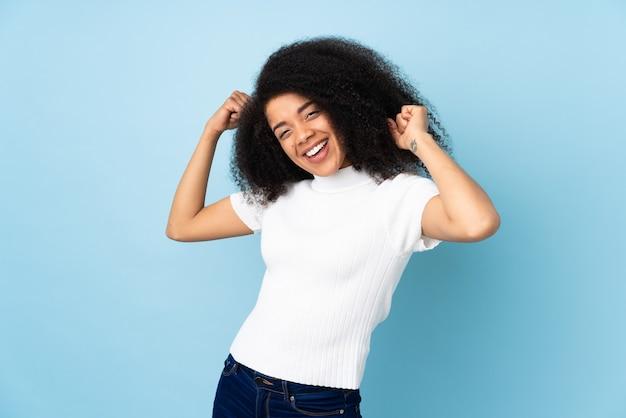 Młoda african american kobieta robi silny gest