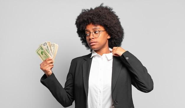 Młoda afro bizneswoman czuje się zestresowana, niespokojna, zmęczona i sfrustrowana, ciągnie za szyję koszuli, wygląda na sfrustrowaną problemem. pomysł na biznes