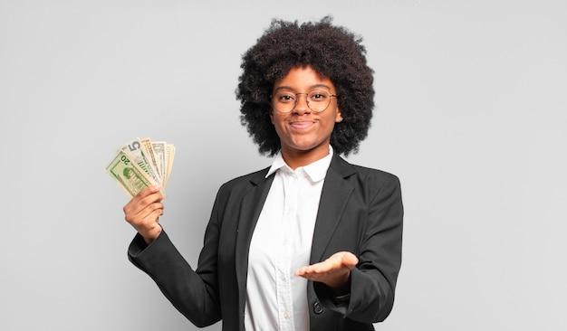 Młoda afro bizneswoman uśmiecha się radośnie i przyjaźnie?