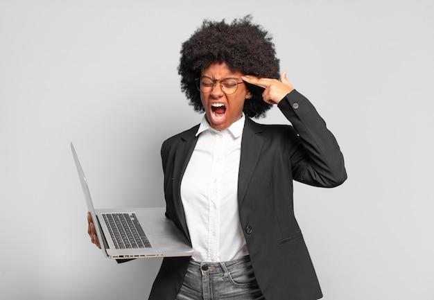 Młoda afro bizneswoman wygląda na niezadowoloną i zestresowaną