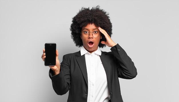 Młoda afro bizneswoman wygląda na szczęśliwą