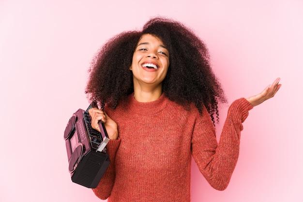 Młoda afro kobieta trzyma cassete