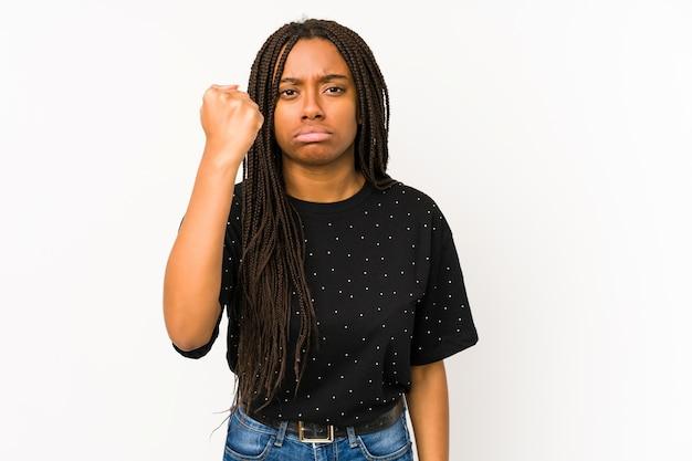 Młoda afroamerykanin kobieta pokazując pięść, agresywny wyraz twarzy.