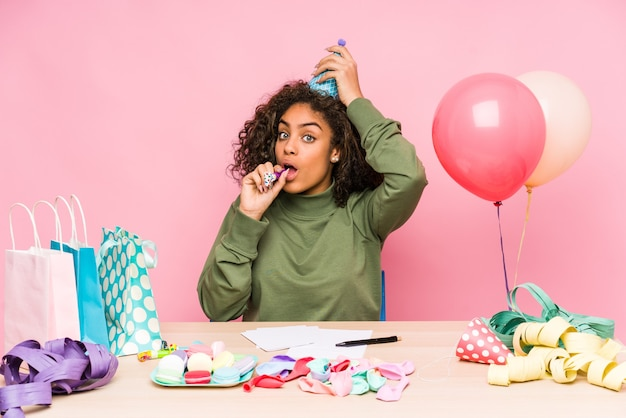 Młoda afroamerykanin planuje urodziny