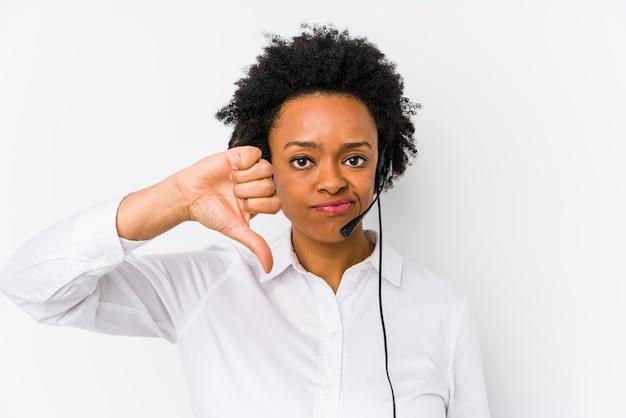 Młoda afroamerykanin telemarketer kobieta na białym tle pokazując niechęć gest, kciuk w dół. pojęcie sporu.