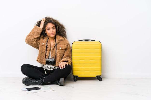 Młoda afroamerykanka gotowa do podróży, będąc w szoku, przypomniała sobie ważne spotkanie.
