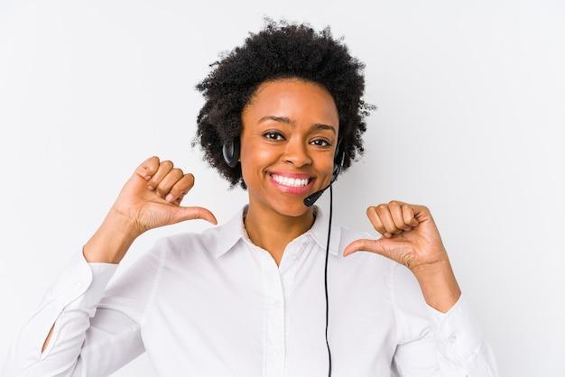 Młoda afroamerykanka odizolowana od telemarketerki czuje się dumna i pewna siebie, dając przykład do naśladowania.