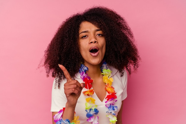 Młoda afroamerykanka ubrana w hawajskie rzeczy, mająca pomysł, koncepcję inspiracji.