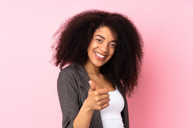 Młoda afroamerykanka z kciukami do góry, bo stało się coś dobrego