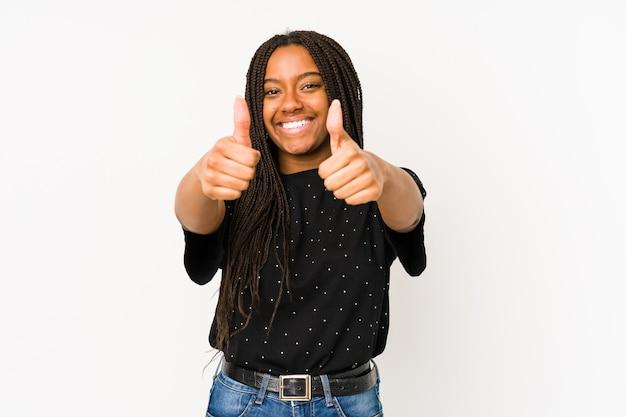 Młoda afroamerykanka z kciukami w górę, wiwatuje, wspiera i szanuje koncepcję.