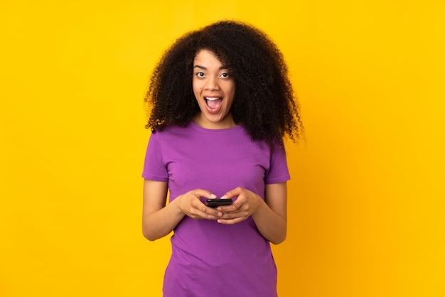 Młoda afroamerykanka zaskoczona i wysyła wiadomość