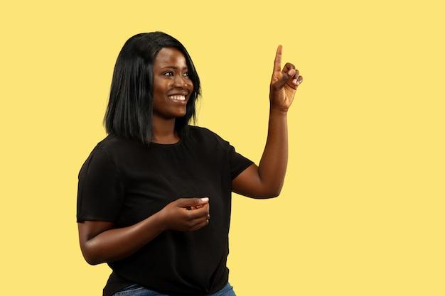 Młoda afrykańska kobieta na białym tle, wyraz twarzy