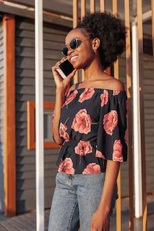 Młoda afrykańska kobieta opowiada na telefonie