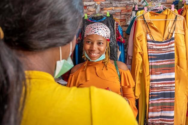 Młoda afrykańska kobieta w butiku uśmiechnięta