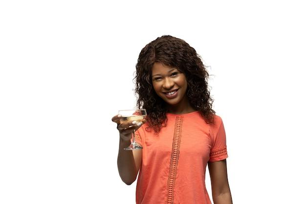 Młoda afrykańska kobieta z zabawnymi, niezwykłymi popularnymi emocjami i gestami na białym tle
