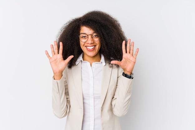 Młoda amerykanin afrykańskiego pochodzenia biznesowa kobieta pokazuje liczbę dziesięć z rękami.