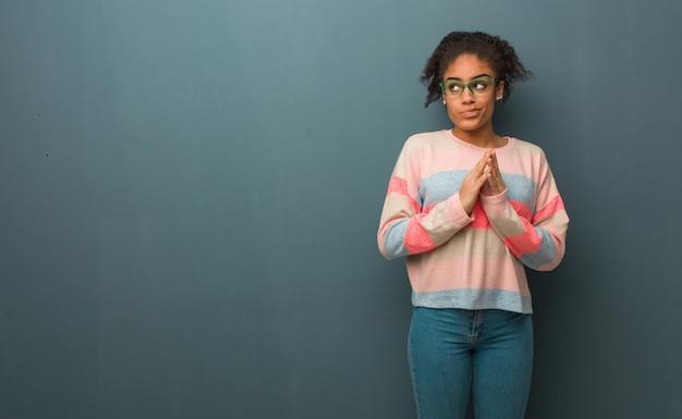 Młoda amerykanin afrykańskiego pochodzenia dziewczyna o niebieskich oczach wymyśla plan
