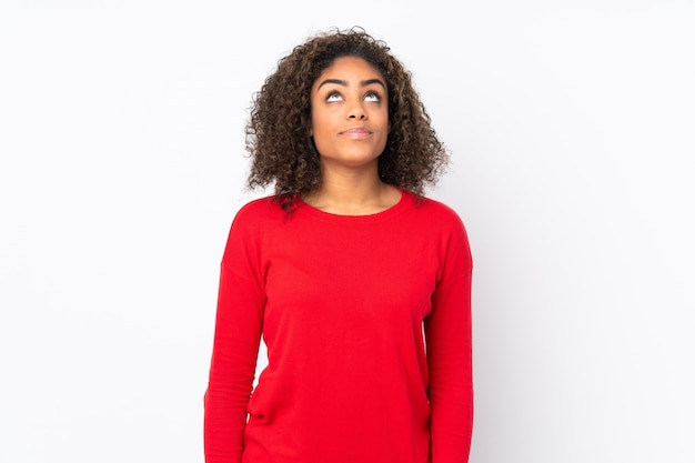 Młoda amerykanin afrykańskiego pochodzenia kobieta odizolowywająca dalej i przyglądająca up
